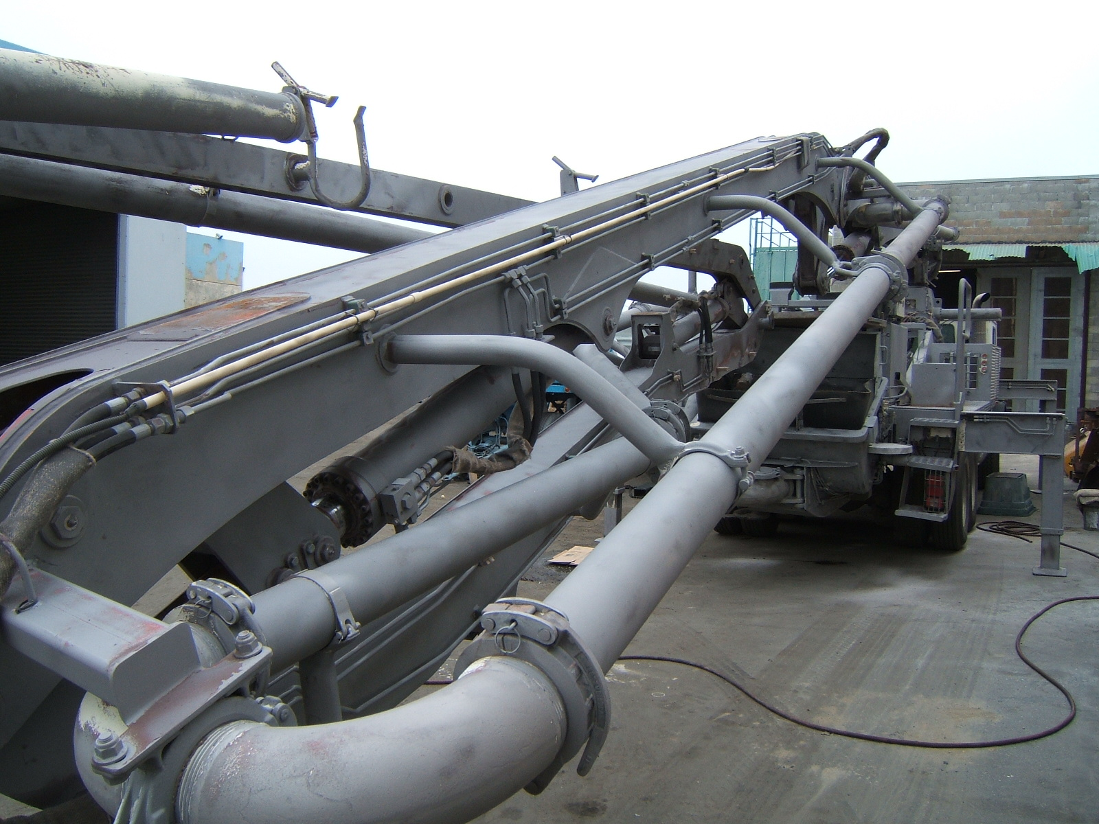 Media sandblasting heavy concrete pump truck arm